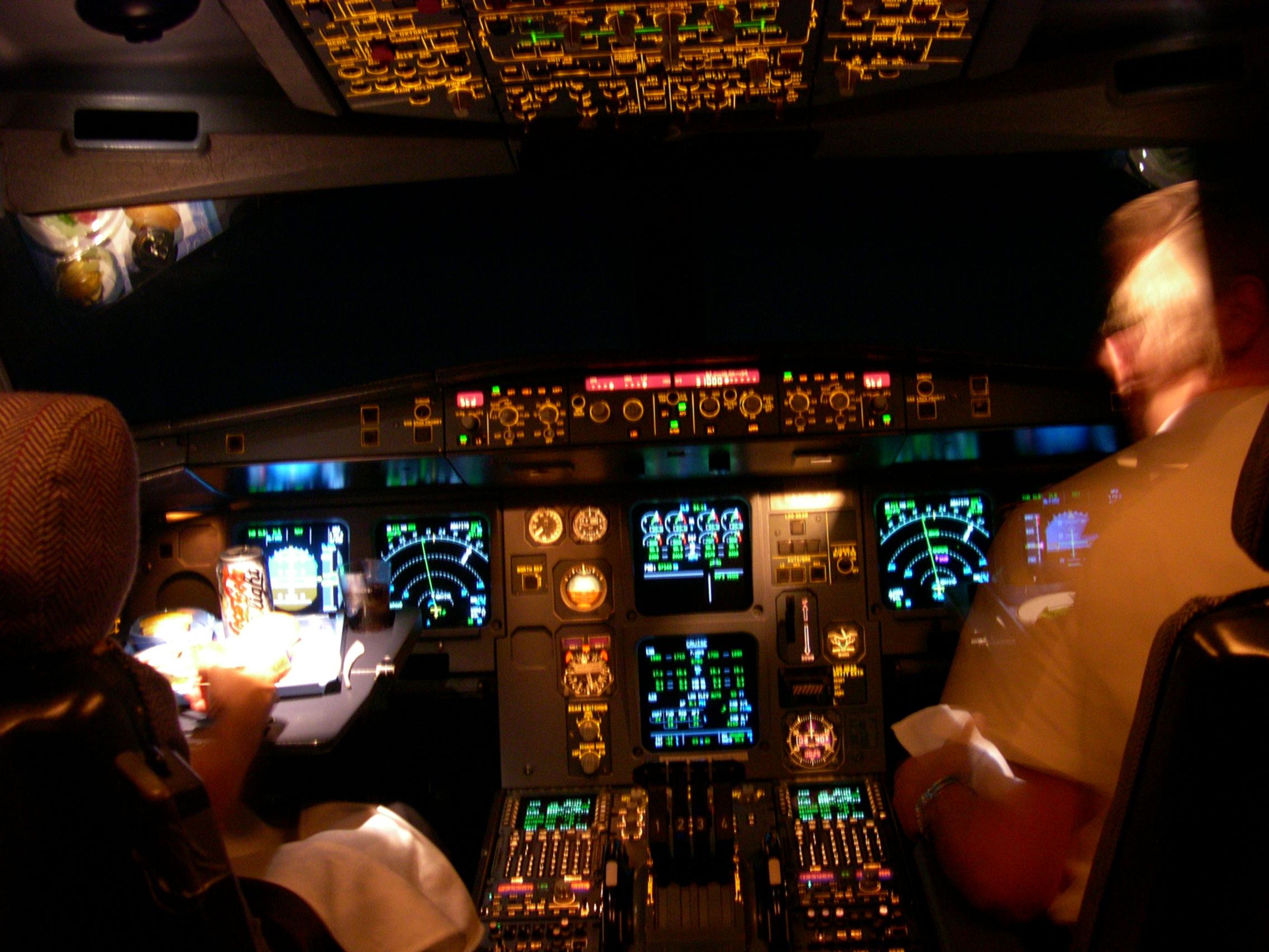 NOTICIAS 33 MIÉRCOLES 20 DE MAYO...  Un pirata aéreo asegura tomó control de un avión en pleno vuelo.